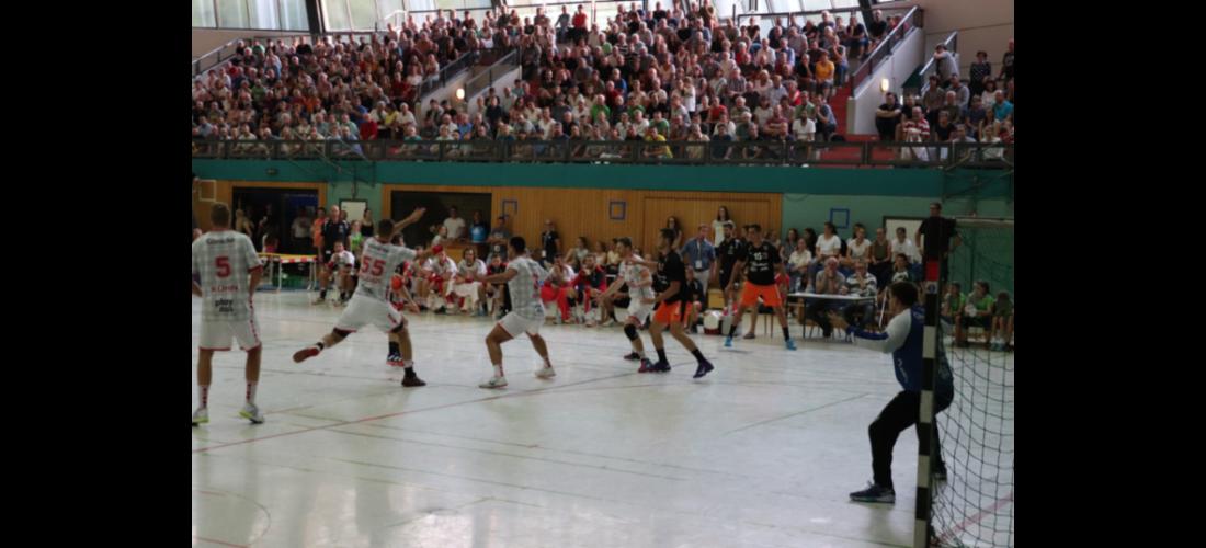 Julius Kühn, Stefan Salger und Tobias Reichmann (v. li nach re.) liefern sich einen spannenden Kampf in der vollen Rundsporthalle